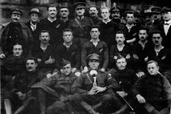 """Een zo goed als voltallige groepsfoto van de """"Front Wanderers"""", de Belgische voetbalploeg in volle oorlogstijd. Armand staat vierde van links bovenaan, naast Commandant Daufresne de la Chevalerie."""