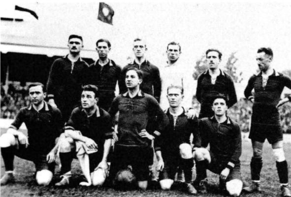 Armand (eens te meer links bovenaan) bij de nationale ploeg.