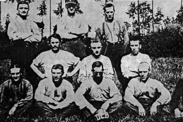 Armand (en haut à gauche) comme joueur du Daring.
